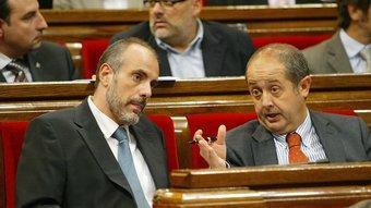 El republicà Joan Ridao conversant amb el nacionalista Felip Puig, en una imatge d'arxiu al Parlament ANDREU PUIG
