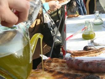 A l'esmorzar la llonganissa, la botifarra, l'arengada, la cansalada i les torrades s'amaneixen amb oli nou.  JP.R