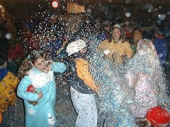Batalla de confeti a les festes del poble d'edicions anteriors. /  ARXIU