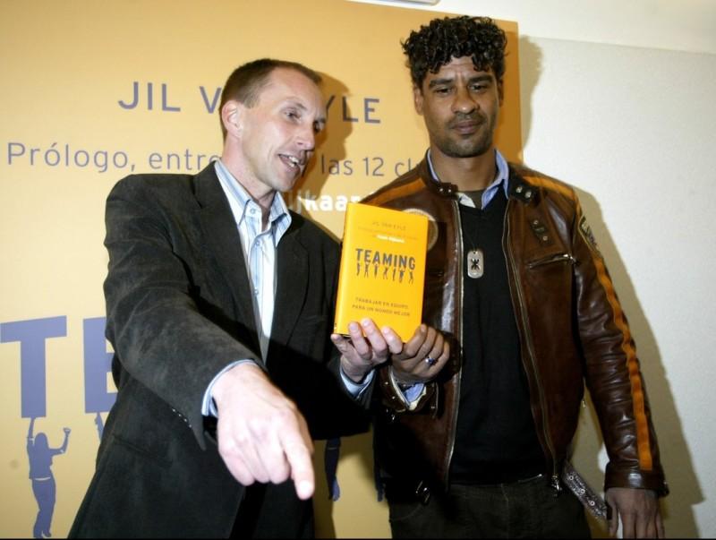 Jil Van Eyle i l'ex entrenador del Barça Frank Rijkaard en la presentació del llibre Teaming.  ARXIU / QUIM PUIG