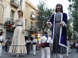 L'Anastasi i la Maria, pels carrers de Badalona.  EL PUNT