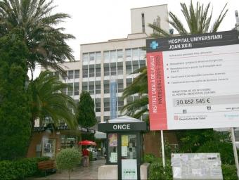 Un cartell publicitava les inversions a l'hospital Joan XXIII, algunes pendents. EL PUNT