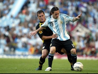 Javi Chica disputa una pilota a Messi (2004).