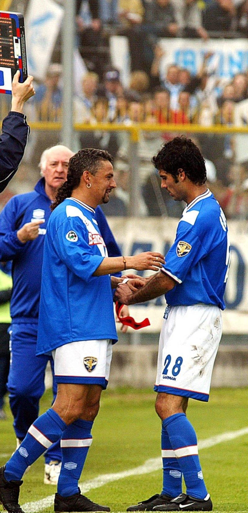 Pep Guardiola entregando el brazalete de capitán a Roberto Baggio, cuando compartieron equipo en el Brescia. Fuente: El Punt Avui