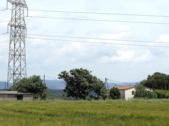 Can Gironès nou de Cartellà, per on passa la línia de 220 kV. J. SABATER