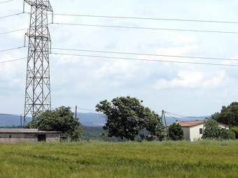 Can Gironès nou de Cartellà, on ara hi passa la línia de 220 kV.  JOAN SABATER