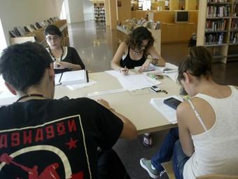 Joves estudiants preparen treballs i exàmens a l'aula estudi. /  ARXIU