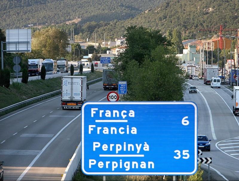 L'autopista al seu pas per La Jonquera. MANEL LLADÓ