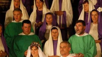 Els actors canten a capella peces dels segles XIII i XIV. R.L