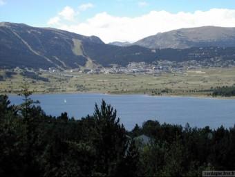Els Angles a l'estiu, entre el llac i les pistes d'esquí.