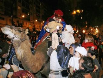 Aspecte de la cavalcada de Reis de l'any 2008 amb el rei Baltassar. EL PUNT AVUI