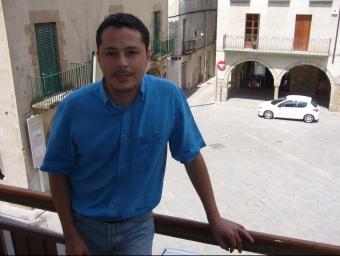 Roqué, fotografiat des del balcó de l'Ajuntament amb la plaça Major de teló de fons. J.C