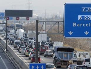 Retencions a la C-32 en direcció Barcelona, a la zona regulada pels panell de velocitat variable.  JUANMA RAMOS