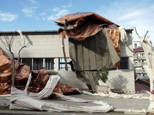 El vent va destrossar el pavelló de Santa Coloma de Cervelló, un dels pobles afectats per la tempesta.  GABRIEL MASSANA