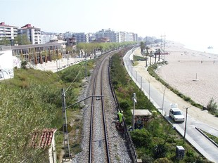 La via única de tren al seu pas per Calella, a la sortida del túnel que la uneix amb Sant Pol de Mar. EL PUNT
