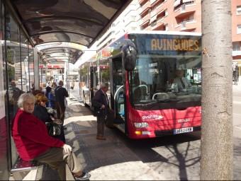Passatgers de l'autobús de Terrassa, en una parada.  ARXIU