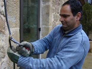 Narcís Solés (GIR) en el moment de tallar el cable elèctric del consultori mèdic. Ò.P