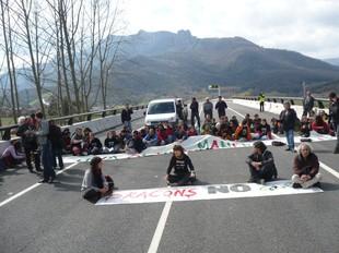 Els manifestants tallant l'inici de l'eix Vic-Olot.  J.C