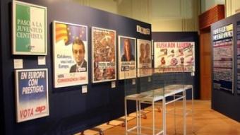 L'exposició al Palau Robert amb els cartells d'H.B. /  PUENTES
