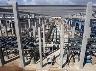La dessalinitzadora del Prat, en construcció, entrarà en servei previsiblement el mes vinent.  ORIOL DURAN
