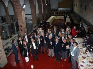 Els signants del conveni van brindar al celler Alella Vinícola Can Jonc.