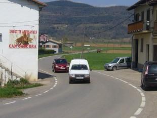 Cotxes circulant per la Pinya, ahir al migdia.  R. E