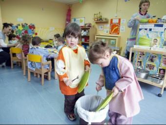 Un grup de nens aprèn hàbits a l'hora de dinar a l'escola bressol Els Musterets, a Almoster ARXIU
