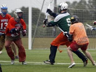 Un equip practica Lacrosse a l'estadi municipal de Reus.  JUDIT FERNÁNDEZ