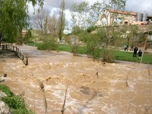 El riu Francolí, al seu naixement, inunda part del parc fluvial, a l'Espluga.
