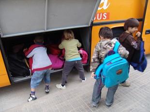 Imatge d'arxiu d'uns alumnes agafant el bus que els durà a escola. J. PUIGBERT