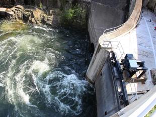 La presa del Pasteral, on els últims dies s'hi deixa anar més aigua de l'habitual.  LL.SERRAT