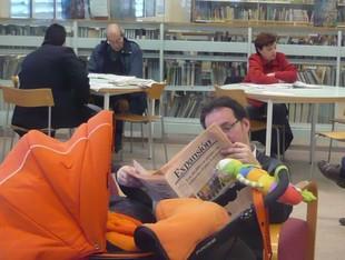 Usuaris a la biblioteca municipal de Sant Adrià de Besòs.  JOSEP NAVARRO
