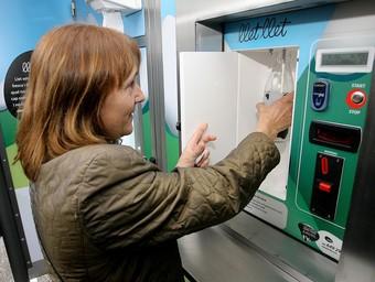 Les màquines expenedores de llet fresca venen el producte al preu d'un euro el litre.  M.LL