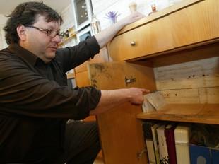 Un dels socis del restaurant de Platja d'Aro ensenya el lloc on hi havia la caixa.  J. SABATER