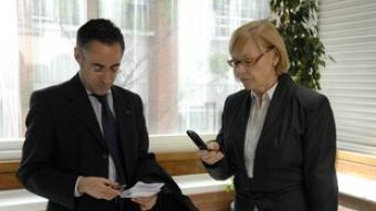 Ramon Tremosa i Maria Badia intercanviant-se el mòbil ahir abans de l'acte.  ACN