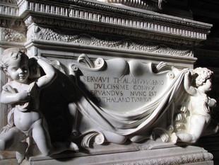 Detall d'una de les peces que integra el mausoleu.