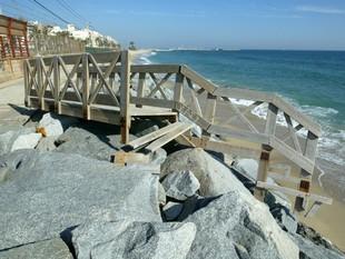 Una imatge de la platja de Premià de Mar, sense sorra, i amb una de les escales trencades./  QUIM PUIG