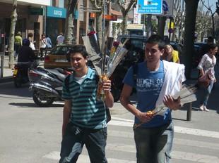 A dalt, uns nois a Premià de Mar i roses a Pineda. A baix, una parada de llibres a Tordera i uns nens mirant volums a Santa Susannaa. T.M. / LL.M