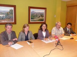 Diversos representants de l'Ajuntament i Manel Sabés –el segon per la dreta–.  M.C.B