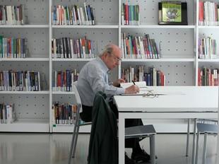 Un usuari de la biblioteca Les Voltes ahir a les noves instal·lacions.  ORIOL DURAN