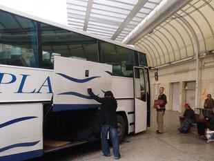 Un dels busos que van a Tarragona des de l'estació d'autobusos de Valls.  ANNA ESTALLO