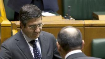 Juan José Ibarretxe felicitar al nou lehendakari electe Patxi López. /  EFE