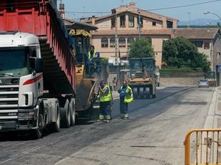 Les feines d'asfaltatge de la travessia de l'N-II a Bàscara avançaven a bon ritme.  M.LLADÓ