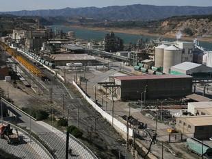 La planta química d'Inquide està situada dins el complex d'Ercros, a Flix.  EFE