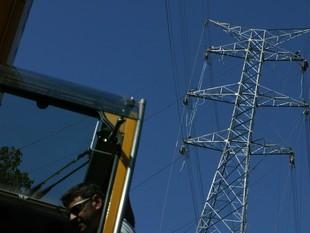 Imatges dels treballs d'estesa de cables al terme municipal de Bescanó, dimecres.  LL. S