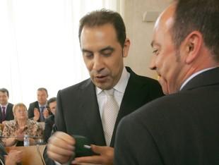 Xavier Salvadó ofereix la insígnia del Consell al nou president Josep Masdeu.  M.M