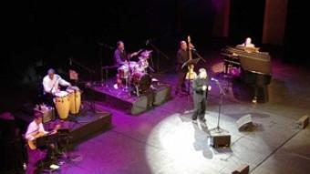Moncho, envoltat pels seus excel·lents músics, divendres a Girona.