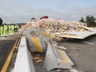 El camió que es va accident a Figueres va perdre la càrrega al mig de l'AP-7.  ACN