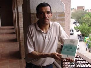 Pavón, amb un dels dos volums del seu llibre.  O.M