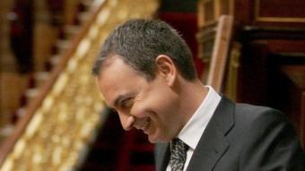 Zapatero, dirigint-se a la tribuna d'oradors per intervenir davant el ple del Congrés.  EFE